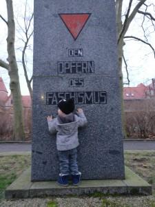 Der Mock steht vorm Gedenkstein für die Opfer des Faschismus